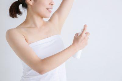 脇にスプレーをする女性のイメージ