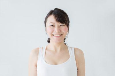 白く輝く健康的な歯を持つ女性のイメージ