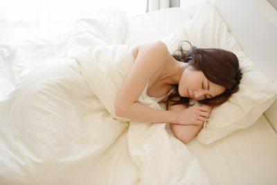 気持ちよさそうに寝る女性のイメージ