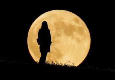 豊満な月と女性のシルエット