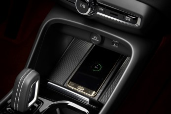 New Volvo XC40 – Wireless phone charging