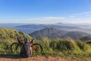 Joven cicloturista contemplando el paisaje