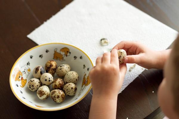 ребёнок чистит яйца