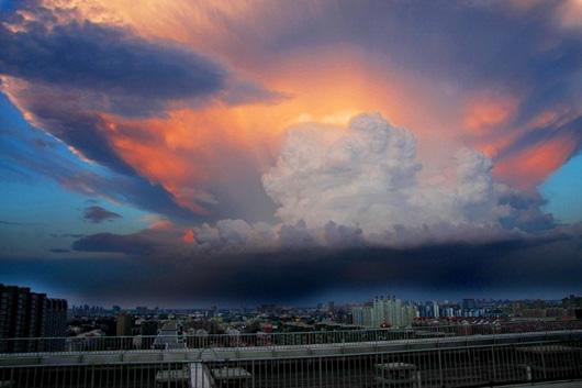 Гигантские облака над Пекином.