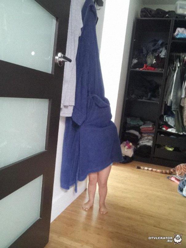 ребенок прячется под банным халатом