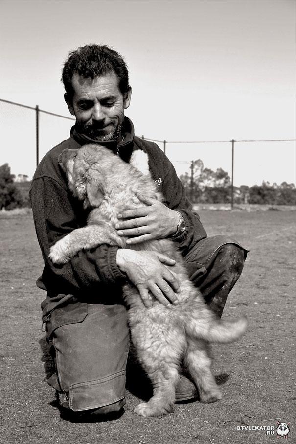 мужчина обнимает щенка