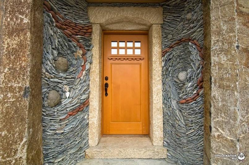 картина из камня у входной двери