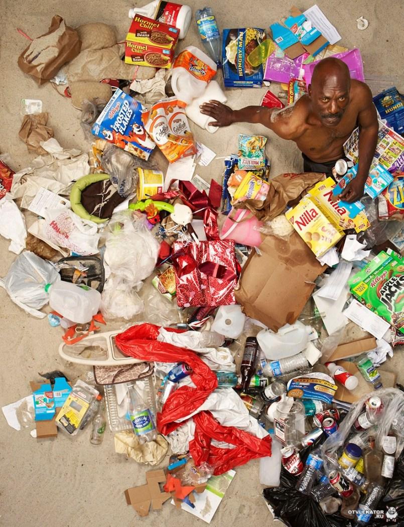 мужчина в своем недельном мусоре