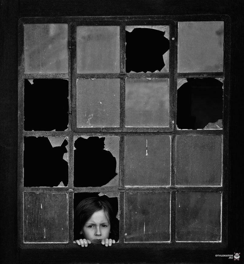 ребенок в разбитом окне