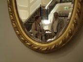 Zofia Rosińska i Jacek Wciórka przeglądają się razem w czasie spotkania z prof Billem Fulfordem w pałacu Kazimierzowskim (foto - Maryla Boguszewska).