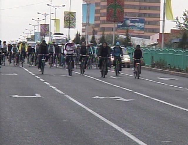Работники акимата Шымкента променяли служебные машины на велосипеды