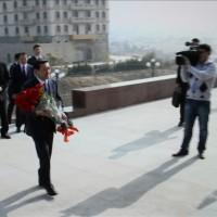 Премьер возложил цветы к монументу