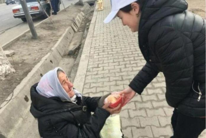 Шымкентская молодежь раздает горячую еду тем, кто работает на улице