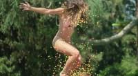 Ana Cheri saute sur un trampoline en bikini