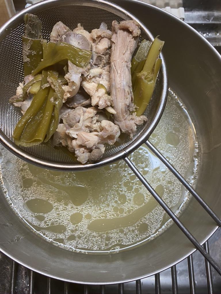 鶏ガラスープを漉す