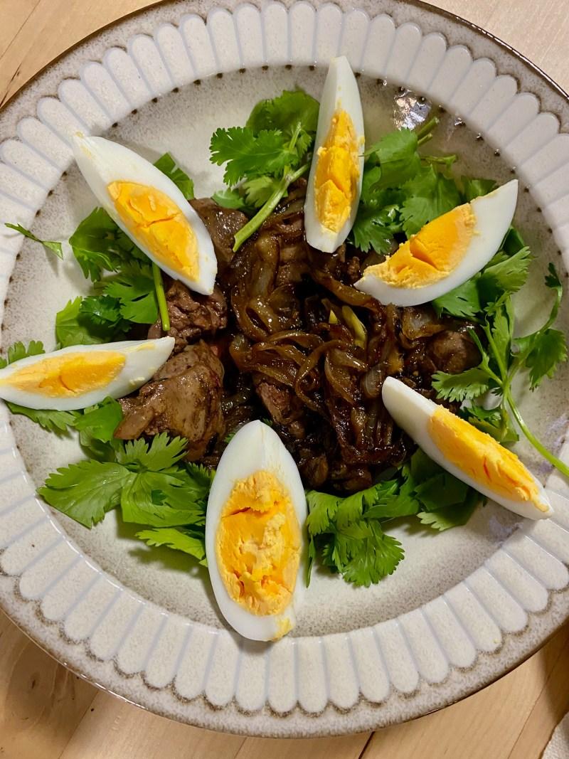 鶏レバーと焦がし玉ねぎのソテー、パクチー、茹で卵添え