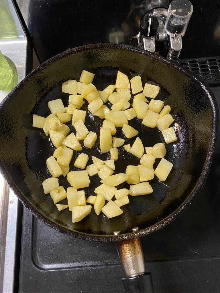 柳宗理のフライパンでポテトを揚げる