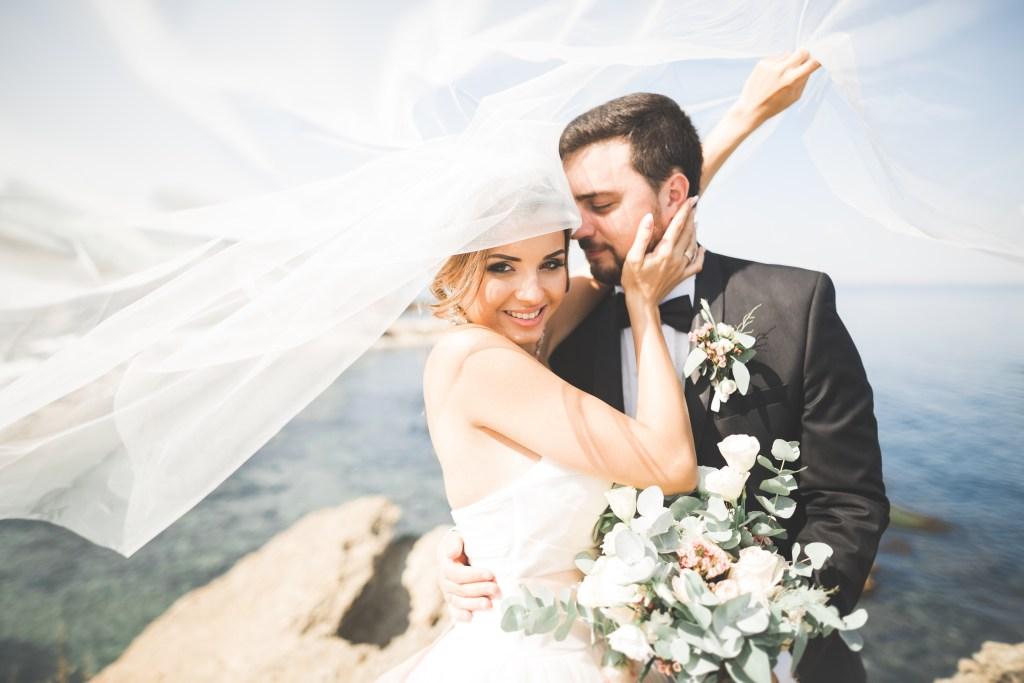 Joyeuse et romantique scène d'un jeune couple marié sur une belle plage