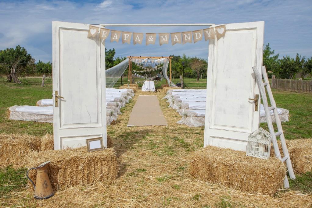 Portes d'entrée pour une cérémonie de mariage champêtre en extérieur