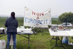 Une femme hostile au projet Europacity à Gonesse (Val-d'Oise), le 19 mai 2019.