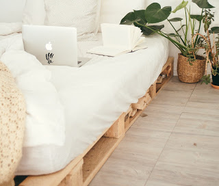 https://i2.wp.com/ouidoo.ch/wp-content/uploads/2020/11/turned-on-silver-macbook-on-white-bed-916337.jpg?fit=320%2C272&ssl=1
