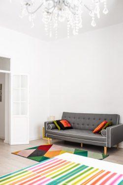 canapé cuir et tapis coloré dans salon