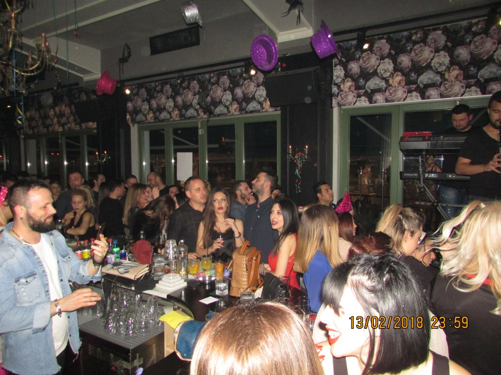 Ο Τριαντάφυλλος ξεσήκωσε, το βράδυ της Τρίτης 13/2, όσους βρέθηκαν στο Le Roi bar στην Κοζάνη