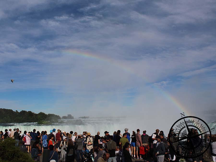 Der Menschenandrang war groß am Freitag und so ein Regenbogen ein beliebtes Fotoobjekt