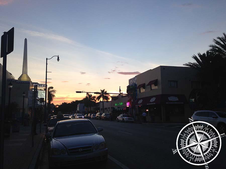 """Auf dem Weg zurück, die """"Calle Ocho"""" im Sonnenuntergang."""