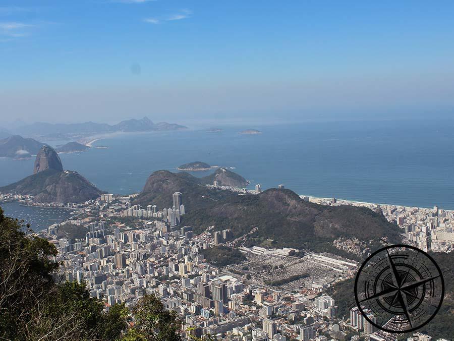 Links der Zuckerhut und rechts hinter den Bergen liegt Copacabana.