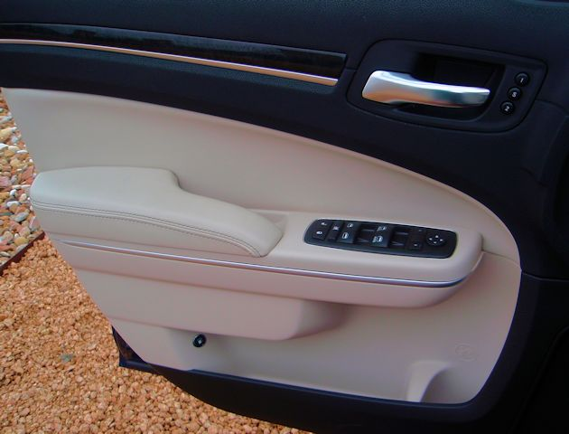 2015 Chrysler 300 door