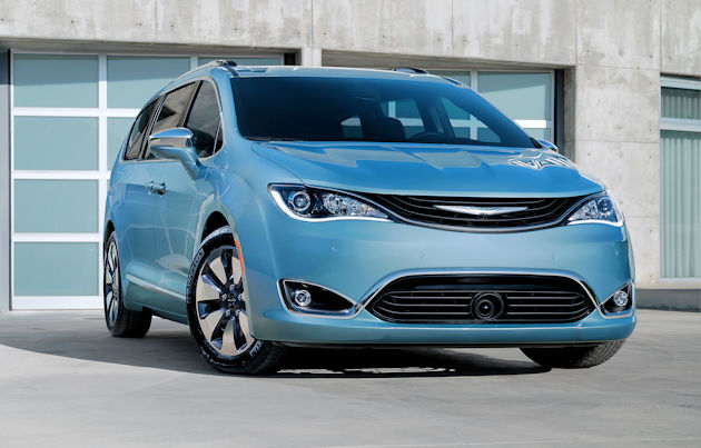 2017 Chrysler Pacifica front 2