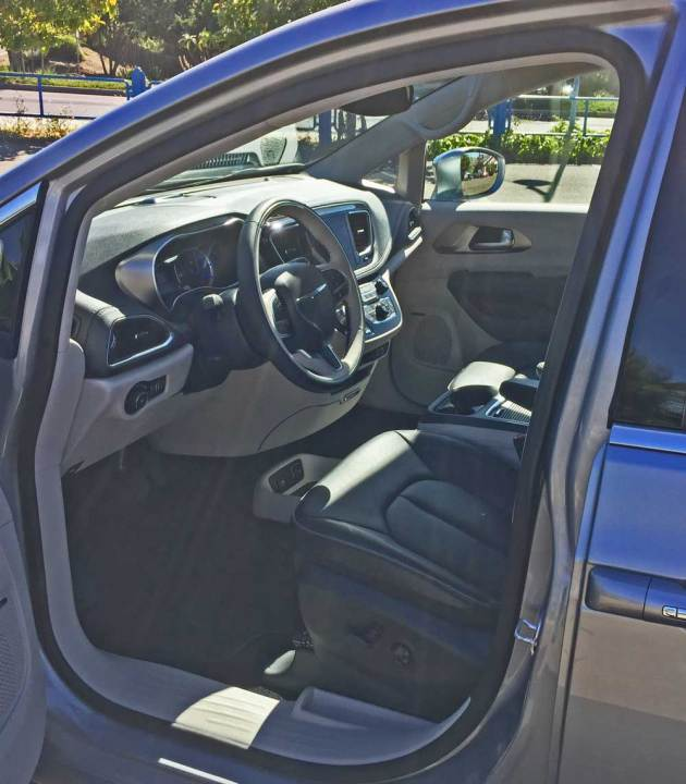 Chrysler-Pacifica-Hybrid-Int