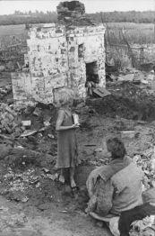 το 1944 δύο παιδία επιστρέφουν στις στάχτες του σπιτιού τους στο Μινσκ το 1944