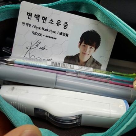 "baekhyunee_exo: 우체국에서 전화가왔다. ""분실물 찾아가세요~"" 난 잃어버린게 없는데... 찾고보니 필통..열어보니 변백현소유증ㅋㅋㅋㅋㅋㅋㅋㅋ#세상에이런일이 #변백현소유증 #친절한우체국 (160923)"