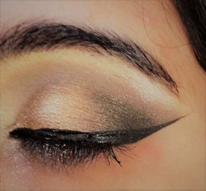 Winged eyeline look