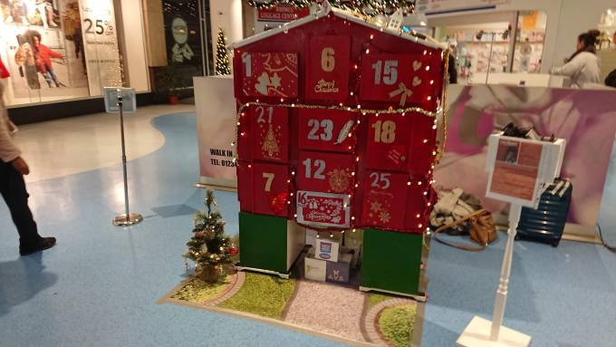 An image of the 3D Advent Calendar House, with garden floor matt, christmas tree and mailbox.