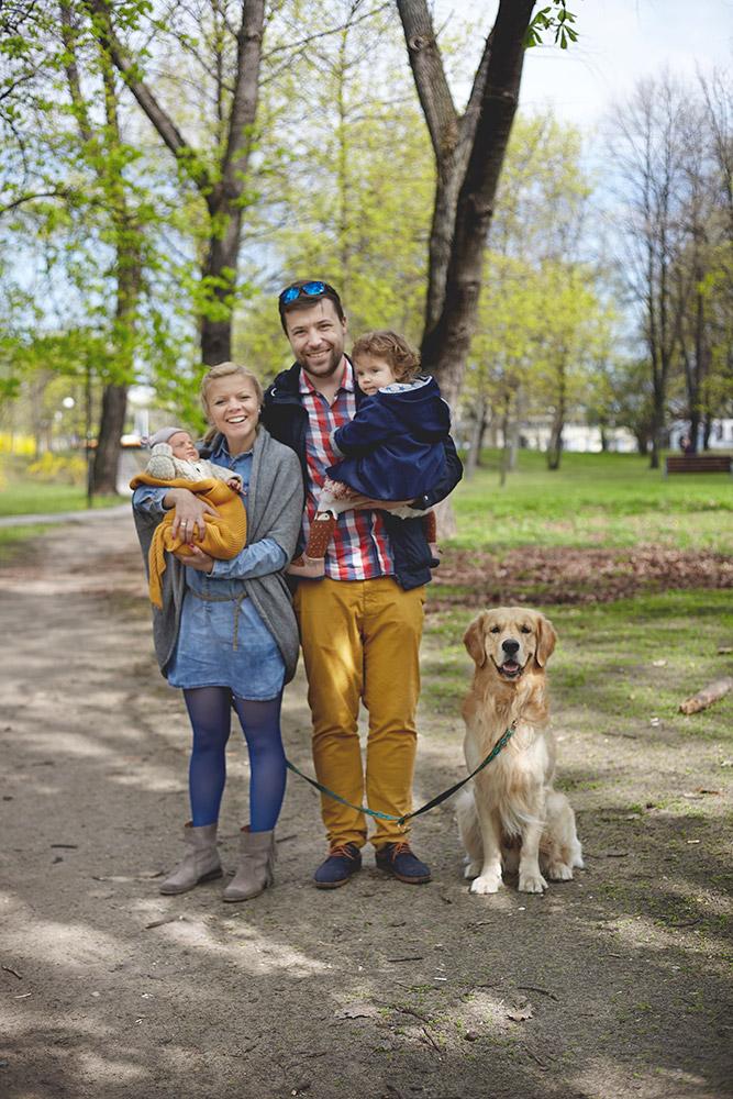 Rodzina 2+2+pies na wspólnym spacerze