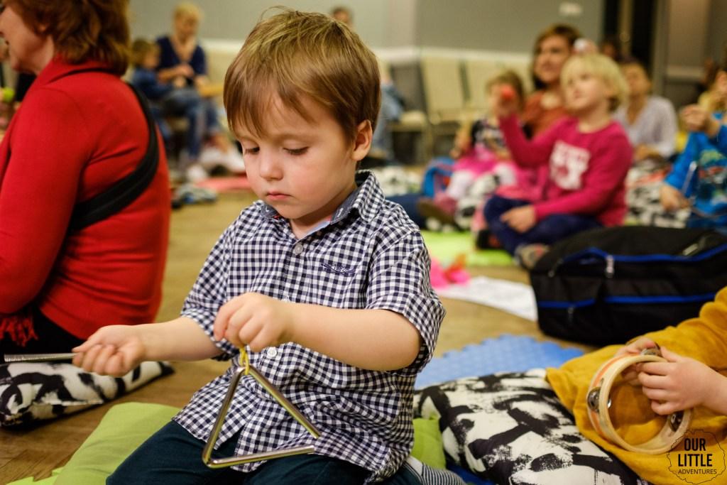 dziecko gra na trójkącie, dzika muzyka dla dzieci