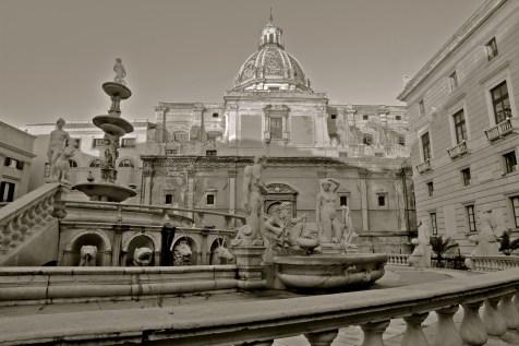 « fontaine de la honte », ramenée à Palerme au cours du XVIème siècle, devant la mairie de Palerme.