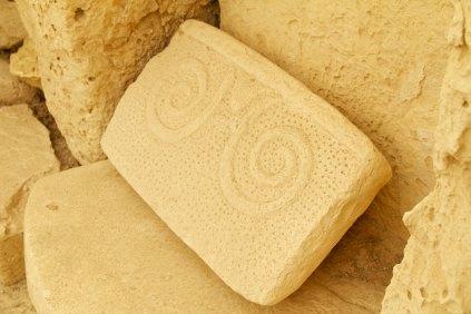 Nombreux blocs ou objets de pierre poinçonnés à la main