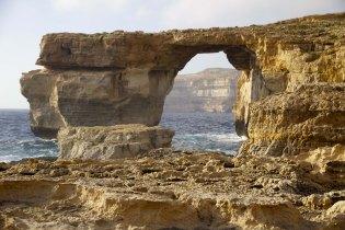 une baie profonde où l'érosion a ouvert une arche béante