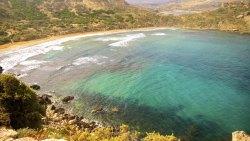 La baie de Ghajn Tuffieha doit son nom au petit lac qui la surplombe et qui est un des rares points d'eau douce de Malte.
