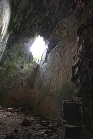 Les forçats étaient enchaînés aux murs de leur cellule.