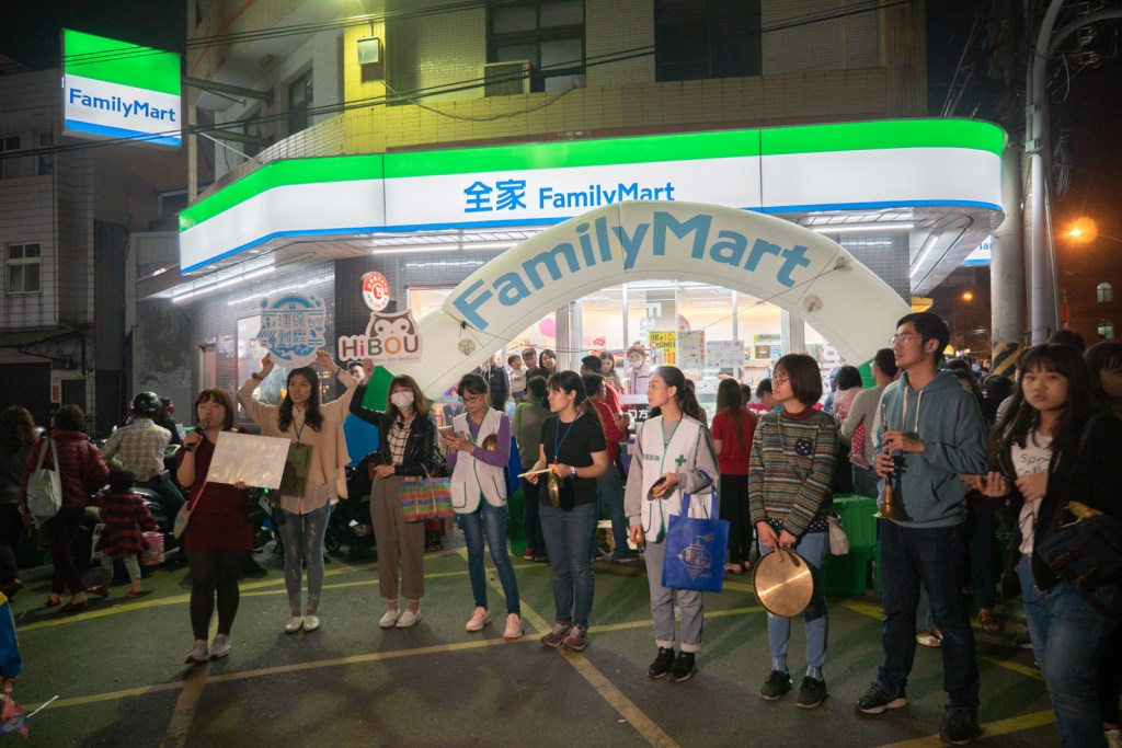 全家便利商店前表演宣傳