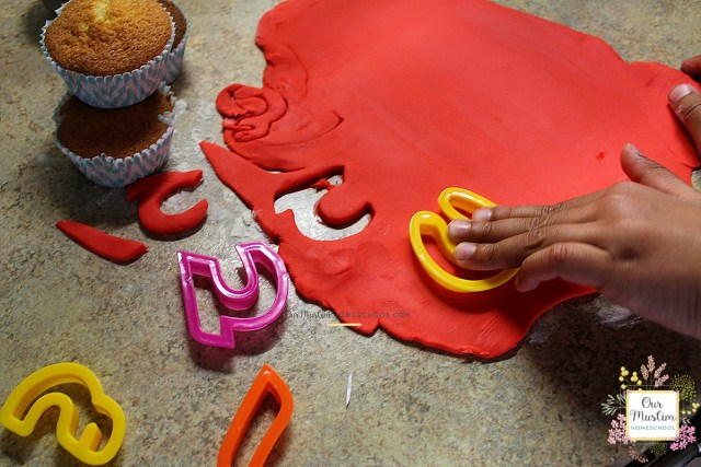 Arabic alphabet cupcakes - Teach you children the Arabic letters with this fun activity!