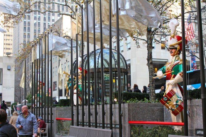 Where to experience the holiday season in New York City! // Family Travel   Travel with Kids   Christmas in NYC   Rockefeller Plaza   5th Avenue   Macy's Santa   Christmas Markets   US Travel   United States   America   White Christmas   Holiday Travel   Winter Travel