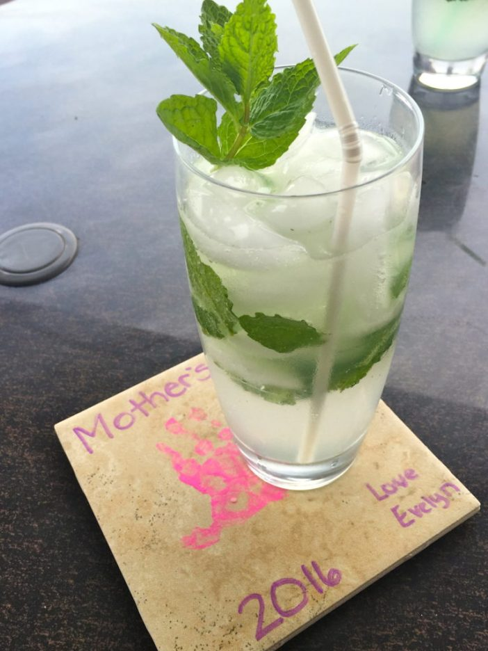 Refreshing summertime mojitos with fresh mint from the farmers market // Recipe