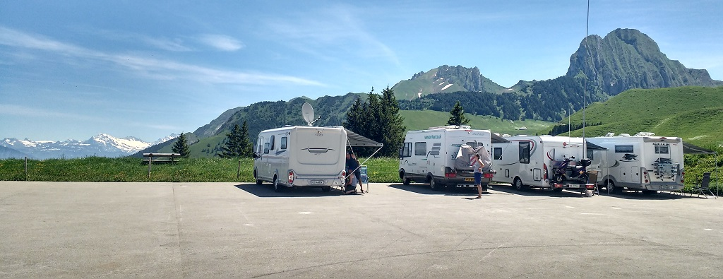 Motorhomes in a car park on the Gurnigel Pass overnight by the Gantrsich natural park