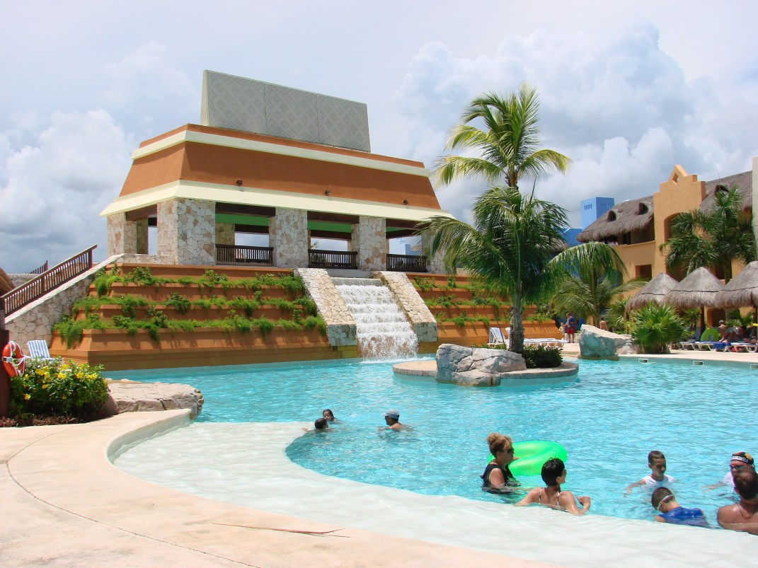 All-Inclusive-Resorts-Travis-Paquin-Dream-Vacation-Iberostar -Paraiso-Maya-lwave-pool3